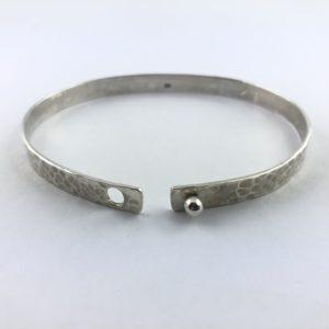 bracciale-uomo-argento-925-martellato-chiusura-bottone-aperto-online
