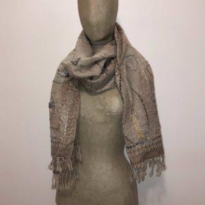 sciarpone-lana-vergine-ricamo-filo-grosso-fil-coupè-disegno-motivi-beige