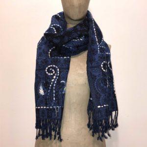 sciarpone-lana-vergine-ricamo-filo-grosso-fil-coupè-disegno-spirale-blu-notte
