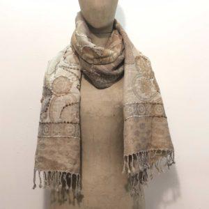 sciarpone-lana-vergine-ricamo-filo-grosso-fil-coupè-disegno-floreale-mattone-beige