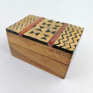 Scatola-legno-Sheesham-finiture-corno-bufalo-disegno-tribale-ondulato
